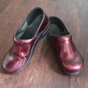 Dansko | Ruby Red Clogs Size 40/9